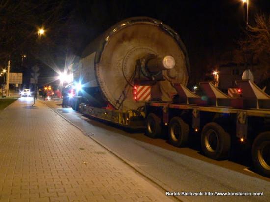 Nocny konwój wiozący maszynę z zamkniętej fabryki papieru w Mirkowie, ul. Wilanowska, Konstancin-Jeziorna