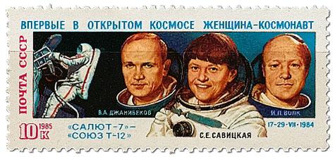 Znaczek radziecki upamiętniający lot nastację Salut. Dżanibekow pierwszy zlewej. Nawet trochę doBenka podobny.